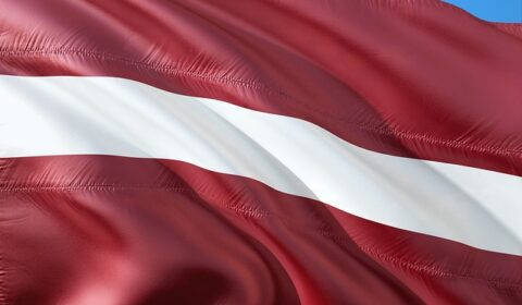 ロシア・ウクライナ・ヨーロッパ女性との国際結婚ならベストマッチメイキング_ラトビア国旗